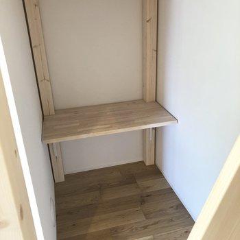 ロフトの下には机が。静かな書斎にしてもいいですね、