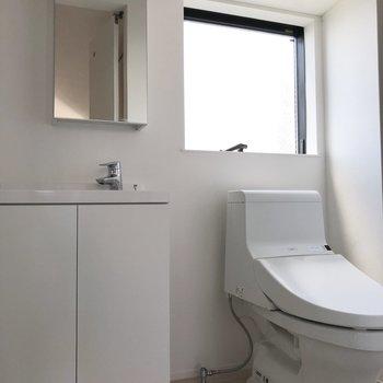 トイレは生活感があって小窓も嬉しい◎