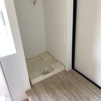 洗濯機置場は玄関に有ります。