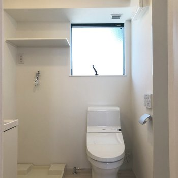 1R で洗濯機置場が洗面所にあるのは珍しい!上の棚もバッチリ活用しましょう。