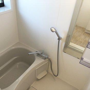 お風呂は比較的コンパクト。シャワーヘッドは大きめです。
