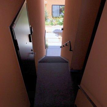 共用部。ここの階段を降りながらお出かけスイッチオン。