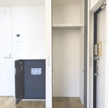 右横の収納は上着をかけたり、防災グッズも置けそうです。奥の黒い棚がシューズボックスです。