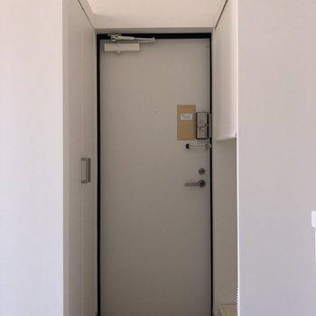 玄関。敷居があって良い。