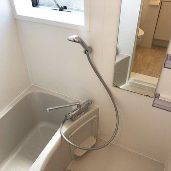 お風呂は比較的コンパクト。 ここにも窓が!