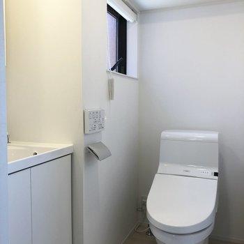 トイレも清潔感、小窓、収納スペースとほしいもの全部揃ってます。