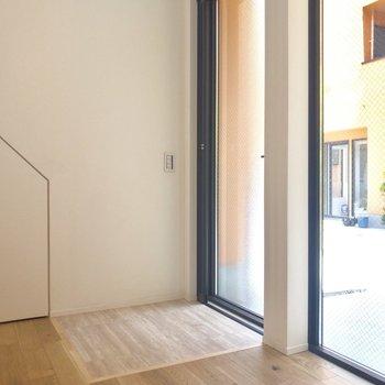 玄関は段差がなくお部屋までスムーズに進めます。