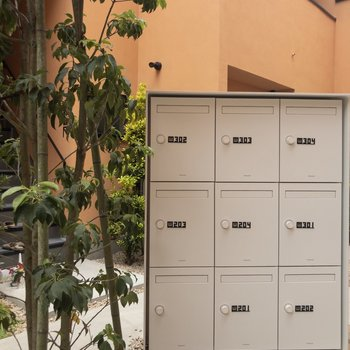 共用部真ん中には宅配ボックスも備え付けてあります。