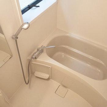 浴室乾燥機付きです。上部には物干し竿もあります。