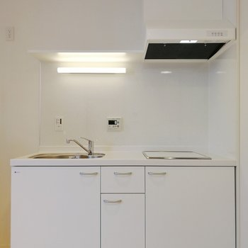 白で統一されたキッチン。カラフルな料理を作りたくなる。