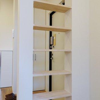 反対側にオープン棚。スニーカーを飾るのも良いし、本などに使うのも良さそう。