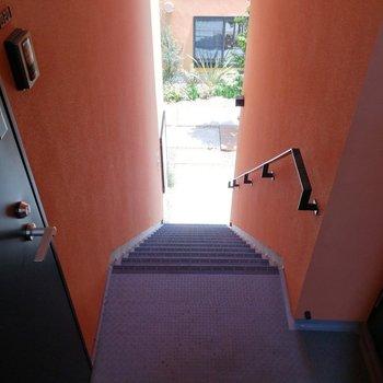 お部屋目の前に階段があります。