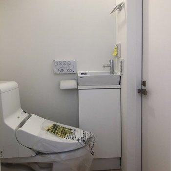 脱衣スペースにトイレがあり、少し狭いです。