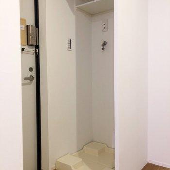 洗濯機置き場は玄関の真横です。