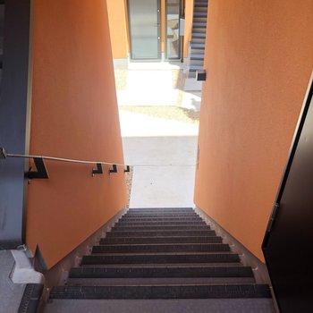 お部屋の目の前に階段があります。