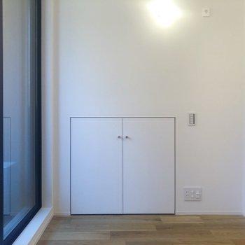 部屋に入って右手に収納スペースがあります。