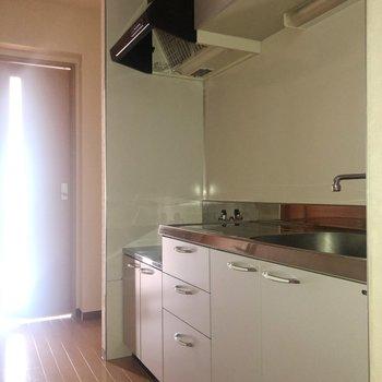 扉の前のスペースに冷蔵庫が置けますよ。