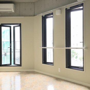 3枚窓で明るく開放感のある空間に◎(※写真は3階の同間取り別部屋のものです)