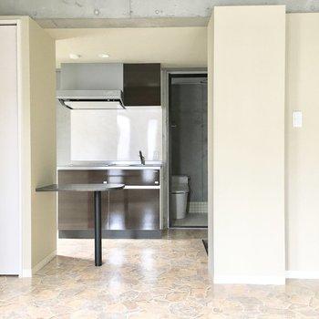 反対を向くとキッチンの横からトイレがチラッと。(※写真は3階の同間取り別部屋のものです)