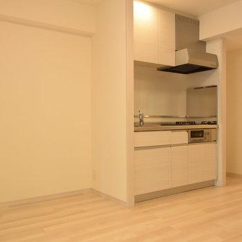 キッチン横には冷蔵庫を置くスペースがきちんと確保(※写真は7階の同間取り別部屋のものです)