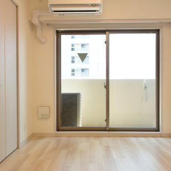 こちらは約5帖の洋室(※写真は7階の同間取り別部屋のものです)