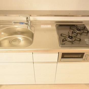 キッチンはコンパクトですが作業スペースもありますよ(※写真は7階の同間取り別部屋のものです)