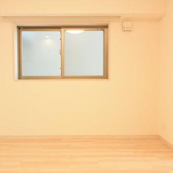 この窓際にソファやテーブルを置きたい(※写真は7階の同間取り別部屋のものです)