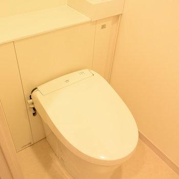 トイレはシンプルですが、手洗い場もついているんです(※写真は7階の同間取り別部屋のものです)