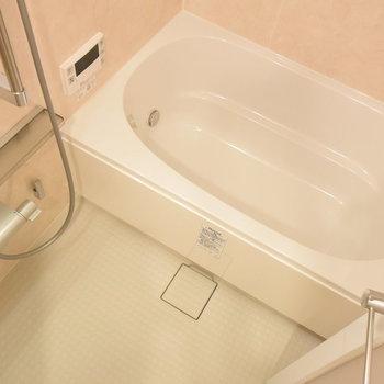 お風呂は追い焚きと浴室乾燥のうれしい機能付き!(※写真は7階の同間取り別部屋のものです)
