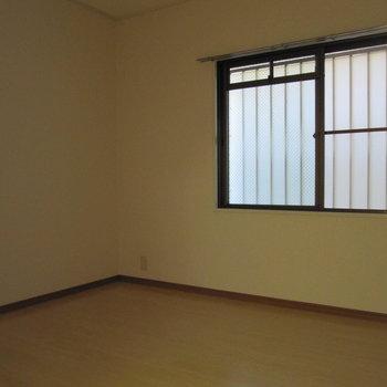 キッチン横の洋室は目隠し付いてます。お昼寝にもぴったりな雰囲気。(※写真は1階の反転間取り別部屋、清掃前のものです)