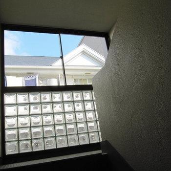 共用部も大きな窓が明るく照らしてくれます。