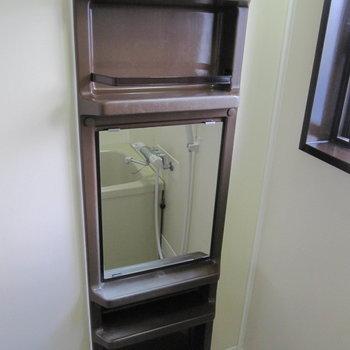 シャンプードレッサーもありました。窓もあるので換気できて◎(※写真は1階の反転間取り別部屋、清掃前のものです)