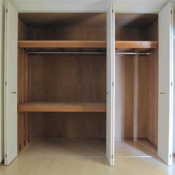 大容量のクローゼット◎(※写真は1階の反転間取り別部屋、清掃前のものです)