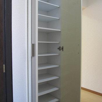 シューズボックスの扉には全身ミラー付きです!(※写真は1階の反転間取り別部屋、清掃前のものです)