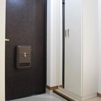 玄関は段差も少なくてスッキリ。(※写真は1階の反転間取り別部屋、清掃前のものです)