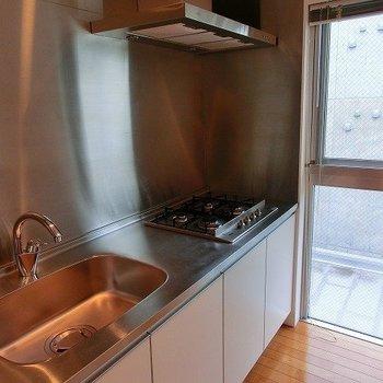 キッチンはなんと、4口コンロ!※写真は8階の同間取り別部屋のものです