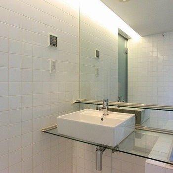 こちらもスタイリッシュな洗面台※写真は8階の同間取り別部屋のものです