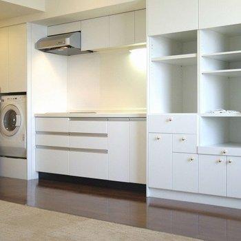 キッチンも綺麗で横の棚に食器など飾るといいかも。※写真は3階の同間取り別部屋のものです