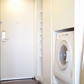 ドラム式洗濯機付いてます。洗濯が楽しくなりそうですね。※写真は3階の同間取り別部屋のものです