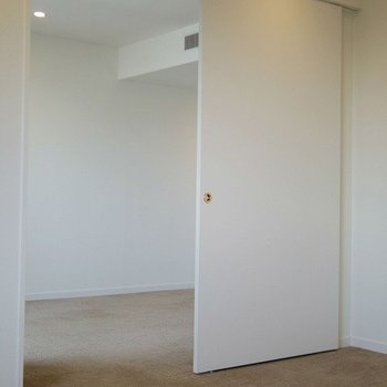 壁がスライドして部屋を区別できます。※写真は3階の同間取り別部屋のものです