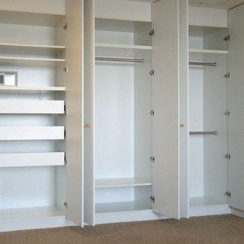 左側が引き出しタイプでセキュリティーボックスもあります。※写真は3階の同間取り別部屋のものです