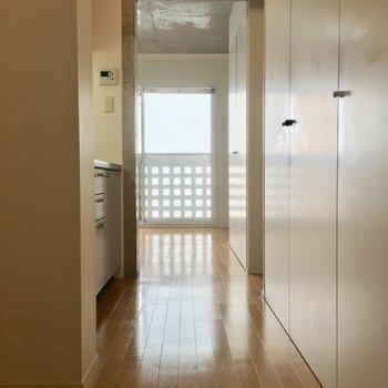 玄関からお部屋方面へ。やっぱ四角がポイントだよねっ ※写真は3階の反転間取り別部屋のものです