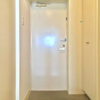 玄関はこちら!右手には・・ ※写真は3階の反転間取り別部屋のものです