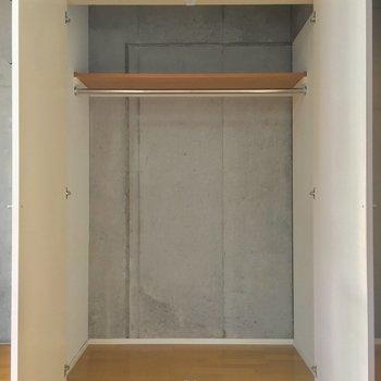 クローゼットは奥行きもバッチリ!ここもコンクリ壁ですね ※写真は3階の反転間取り別部屋のものです