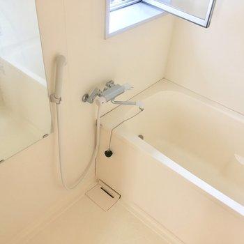 バスルームにも窓がついていて気持ち良き! ※写真は3階の反転間取り別部屋のものです