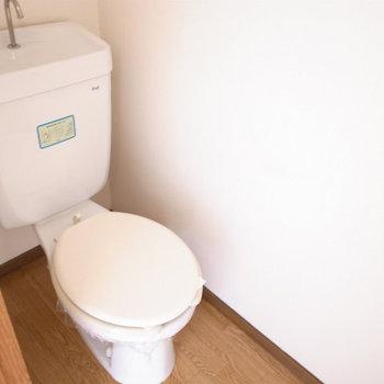 トイレはちょっとレトロ (※写真は反転間取り別部屋のものです)