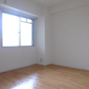 5帖の洋室です (※写真は2階同間取り別部屋のものです)