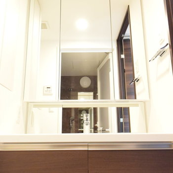 大きな鏡が圧巻の洗面台