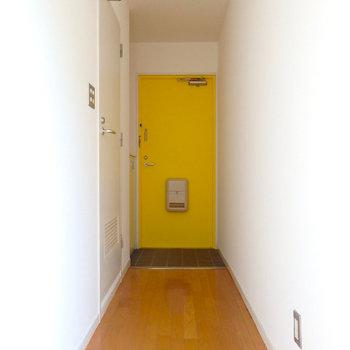 黄色の玄関ドア、可愛い (※写真は同間取り別部屋のものです)