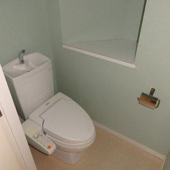 ウォシュレット付きのトイレ、こちらも実際は濃いめのブルーのクロス(※写真は同間取り別部屋のものです)
